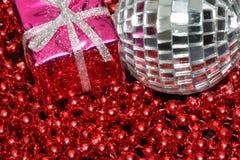 Boîte argentée de babiole et de Noël Images stock