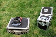Boîte argentée de bidon sur une pelouse verte Image libre de droits