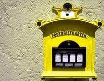 Boîte aux lettres allemande jaune Photographie stock libre de droits
