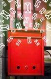 Boîte aux lettres avec des icônes de lettre sur le fond vert rougeoyant Photo stock