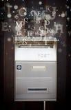 Boîte aux lettres avec des lettres sortant Image libre de droits