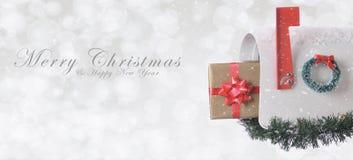 Boîte aux lettres avec le cadeau de Noël avec le Joyeux Noël photographie stock libre de droits