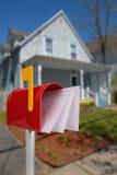 Boîte aux lettres avec le courrier photographie stock