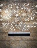Boîte aux lettres avec les icônes tirées par la main blanches de courrier Photo libre de droits