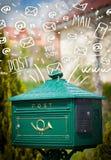 Boîte aux lettres avec les icônes tirées par la main blanches de courrier Photo stock