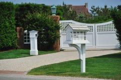 Boîte aux lettres blanche à la maison Photographie stock libre de droits