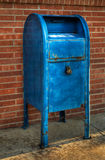 Boîte aux lettres bleue - angle laissé Photos libres de droits