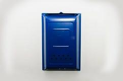 Boîte aux lettres bleue sur un fond blanc Photographie stock libre de droits