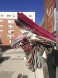 Boîte aux lettres complètement de l'ordure des brochures adverstising en dehors de l'appartement photographie stock