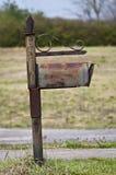 Boîte aux lettres désuète devenante de snail mail Image stock