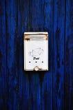 Boîte aux lettres dans la trappe image stock