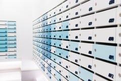 Boîte aux lettres dans le condominium image stock