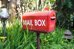 Boîte aux lettres dans le jardin Photographie stock