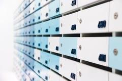 Boîte aux lettres dans le logement image stock