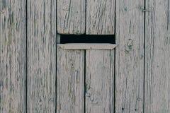 Boîte aux lettres dans une barrière en bois image libre de droits