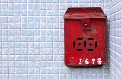 Boîte aux lettres de Rusty Chinese sur un mur carrelé bleu, Hong Kong Photographie stock libre de droits