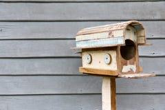 Boîte aux lettres en bois images stock