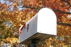 Boîte aux lettres en novembre images stock
