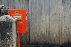 Boîte aux lettres et mur en bois de planche Image libre de droits