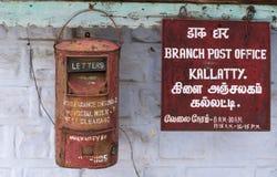 Boîte aux lettres et signe au bureau de poste de Kallatty, collines de Nilgir, Inde Photos stock