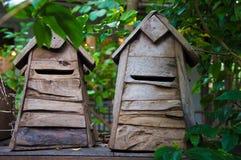 Boîte aux lettres faite par le bois Photo stock