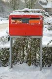 Boîte aux lettres hollandaise rouge dans la neige Images libres de droits