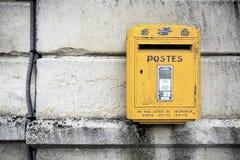 Boîte aux lettres jaune Image libre de droits