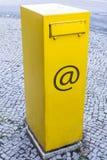 Bo?te aux lettres jaune avec le signe d'email comme symbole pour la bo?te de courrier d'email photos libres de droits