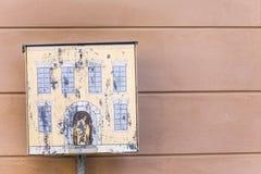 Boîte aux lettres jaune comportant une Chambre et une fenêtre Photos stock