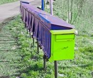 Boîte aux lettres jaune dans Siedlecin, Pologne Photos libres de droits
