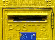 Boîte aux lettres jaune en France Images stock