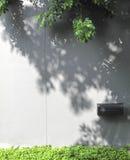 Boîte aux lettres noire sur le mur en béton image libre de droits