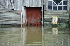 Boîte aux lettres pendant l'inondation La rivière Ob, qui a émergé des rivages, en crue les périphéries de la ville Images stock
