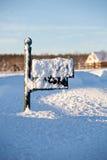 Boîte aux lettres profondément dans la neige images stock