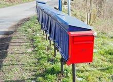 Boîte aux lettres rouge dans Siedlecin, Pologne Image libre de droits