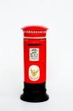 Boîte aux lettres rouge sur la prise de masse blanche Photos stock