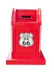 Boîte aux lettres rouge sur le fond blanc de mur Image stock