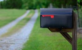 Boîte aux lettres rurale le long d'une route de gravier Photos libres de droits