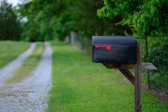 Boîte aux lettres rurale le long d'une route de gravier Photographie stock libre de droits