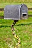 Boîte aux lettres soutenue par des chaînes dans la nature Images stock