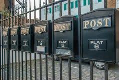 Boîte aux lettres sur une barrière en acier image stock