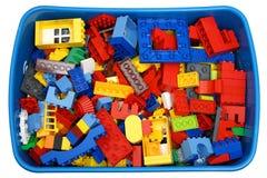 Boîte avec beaucoup de cubes et de jouets Image libre de droits