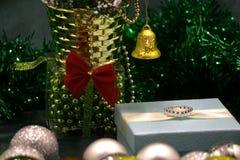 Boîte avec beaucoup de décorations de Noël Ornements de Noël de vintage Rétro style modifié la tonalité Photos stock