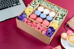 Boîte avec de beaux fleurs et macarons colorés Photos libres de droits