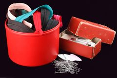 Boîte avec des accessoires pour la couture Photos stock