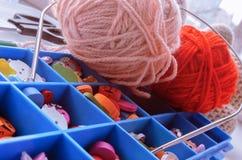 Boîte avec des accessoires pour le tricotage image stock