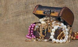 Boîte avec des bijoux sur renvoyer Images libres de droits