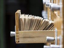Boîte avec des cartes dans les archives image stock