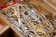 Boîte avec des ciseaux de couture Photo stock