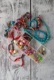 Boîte avec des coeurs de perles, de pinces et en verre pour créer le bijou fabriqué à la main Image stock